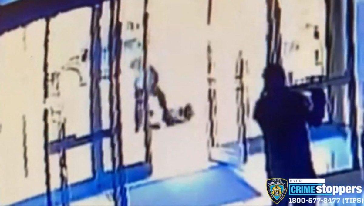 Crimen de odio en Nueva York: un hombre dio una paliza a una anciana asiática, mientras testigos sólo miraban