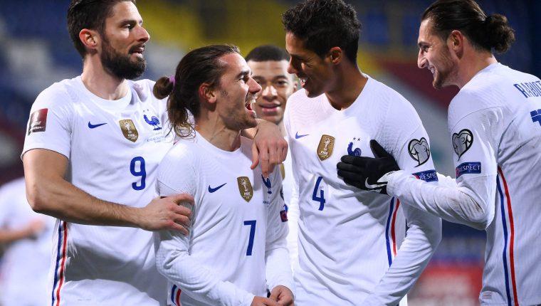 Antoine Griezmann celebra con sus compañeros de la Selección de Francia. (Foto Prensa Libre: AFP)