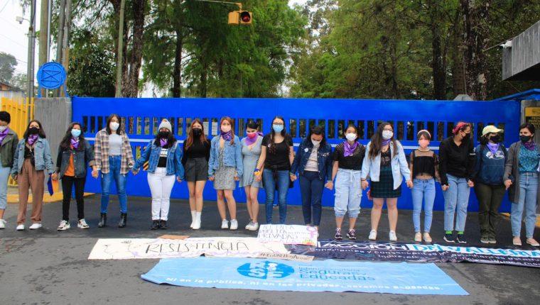 Las estudiantes mostraron pancartas con mensajes de rechazo hacia casos de acoso contra compañeras universitarias. (Foto Prensa Libre: Elmer Vargas)