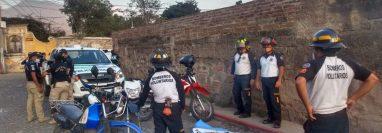 Bomberos Voluntarios acudieron a la 3a y 4a avenida Norte de Antigua Guatemala, donde fueron requeridos para auxiliar a Luis Solórzano Subuyuj, pero ya había muerto. (Foto Prensa Libre: Bomberos Voluntarios)