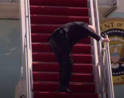 Estados Unidos: el momento en el que Biden tropezó y cayó cuando subía al Air Force One