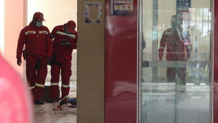 Varios bomberos inspeccionan el lugar del accidente el que murieron varios estudiantes en El Alto, Bolivia. (Foto Prensa Libre: EFE)