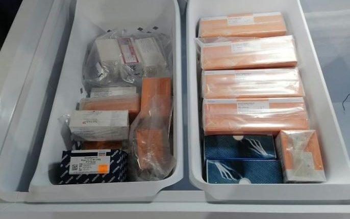 Recientemente el MP hizo cateos en bodegas de Kron que vendió las pruebas para covid-19 a Salud. (Foto Prensa Libre: Hemeroteca PL)