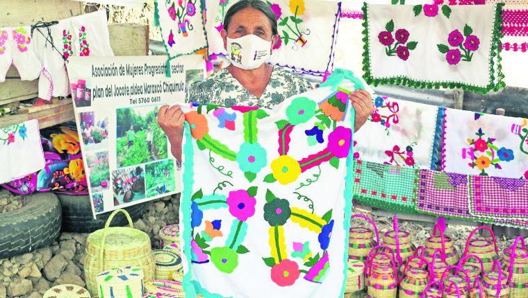 Las mujeres solicitan información pública para conocer los programas que ofrecen las dependencias del Estado. Esto les ha permitido emprender proyectos en agricultura y artesanías. (Foto Prensa Libre: María René Barrientos)