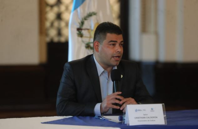 El viceministro de Cultura, Cristhian Calderón, informa sobre obra de arte que habían pedido por el Bicentenario. (Foto Prensa Libre: Érick Ávila)