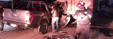 Socorristas tuvieron que utilizar equipo hidráulico para rescatar a dos personas heridas en un vehículo que chocó en Chimaltenango. (Foto Prensa Libre: CBMD)