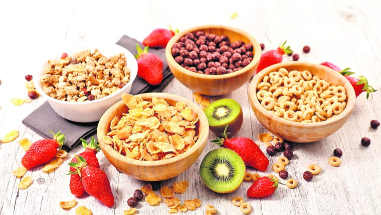 Al elegir un cereal es importante ver la etiqueta nutricional y analizar la cantidad de azúcar y porcentaje de harina. (Foto Prensa Libre: Shutterstock).