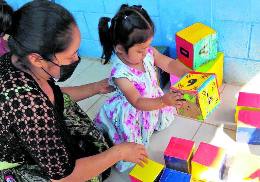 El programa Acompáñame a Crecer contempla actividades de psicomotricidad gruesa en niños de 2 a 3 años de edad. En la fotografía, niña atendida en Tamahú, Alta Verapaz. Foto: Cortesía Alianza por la Nutrición