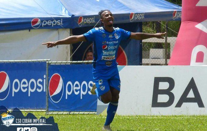 Bladimir Díaz festeja el segundo gol de Cobán frente a Sanarate. (Foto Cobán Imperial).