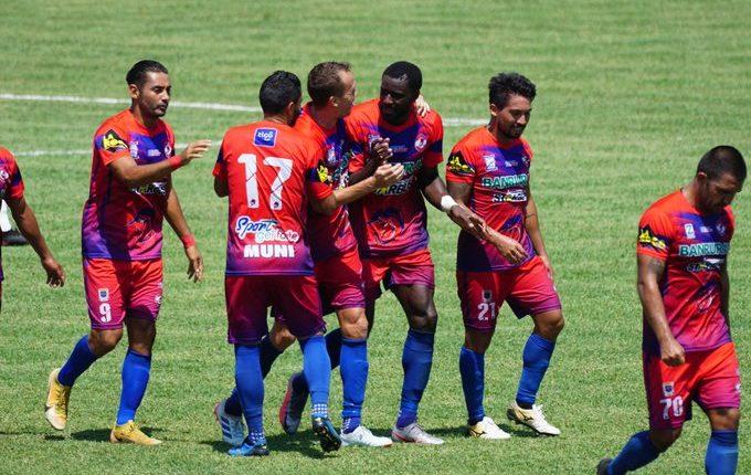 Los jugadores de Iztapa festejan uno de los goles en el triunfo contra Antigua GFC. (Foto AndresNadf