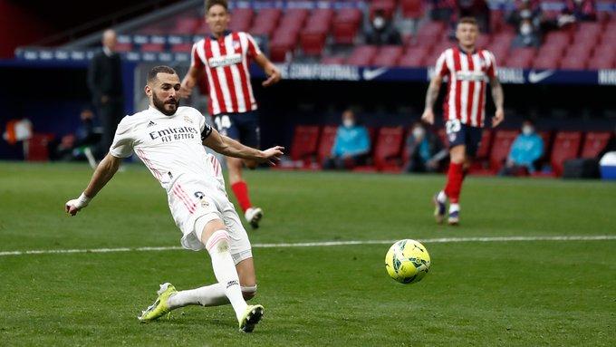Karim Benzema salva al Real Madrid e impone récord en el derbi español