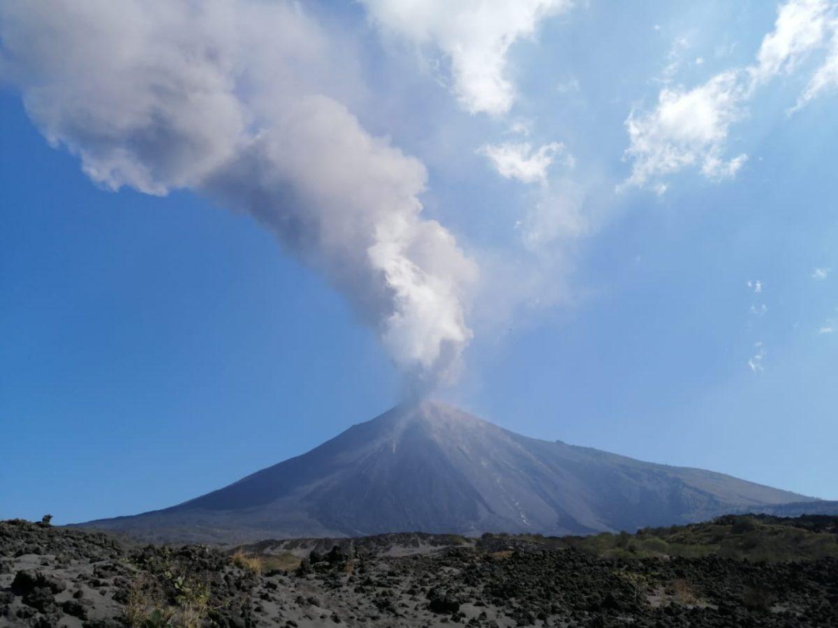 Volcán de Pacaya suma 48 horas de actividad eruptiva y continúa con dispersión de ceniza