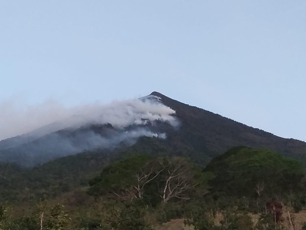 Alerta en Sololá por incendio forestal en volcán Atitlán, donde 199 brigadistas y un helicóptero sofocan el fuego