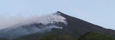 Un incendio forestal en el volcán Atitlán, Sololá, es combatido por brigadas de varias instituciones. (Foto: Conred)