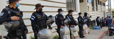 Agentes de PNC afuera del tribunal de Sololá donde ocurrió la sentencia. (Foto: Codeca)