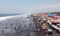 Así luce la playa pública del Puerto de San José este domingo previo a la Semana Mayor. (Foto Prensa Libre: Fernando Cabrera)