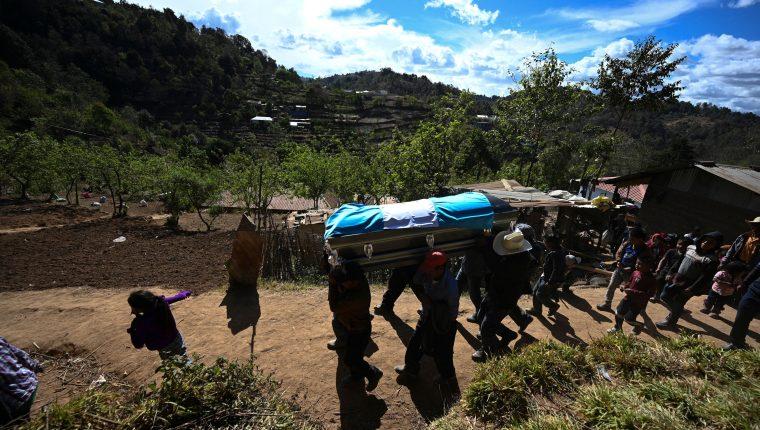 Vecinos del Duraznal, Comitancillo, San Marcos, acompañan a familiares de las víctimas de la matanza en Tamaulipas, México, en la que murieron 16 guatemaltecos. (Foto Prensa Libre: AFP)