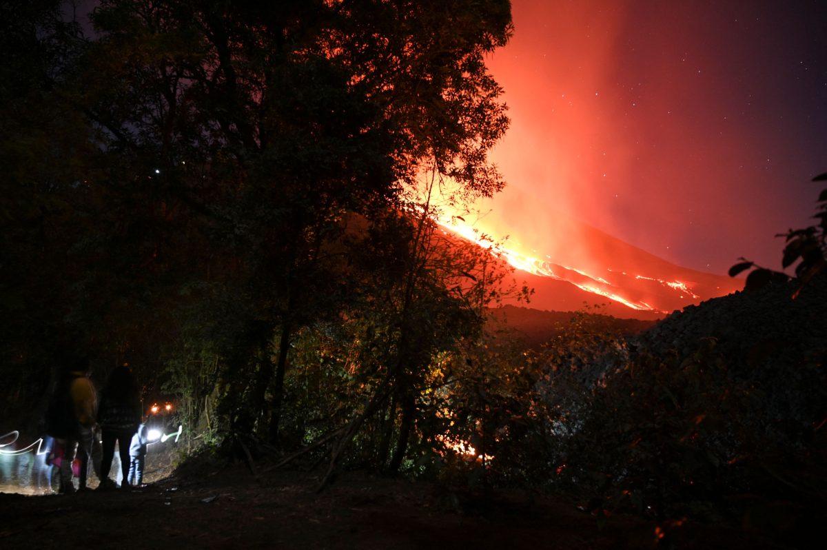 """Qué se sabe del audio que circula en redes sociales en el que se advierte del """"resquebrajamiento"""" del volcán Pacaya"""