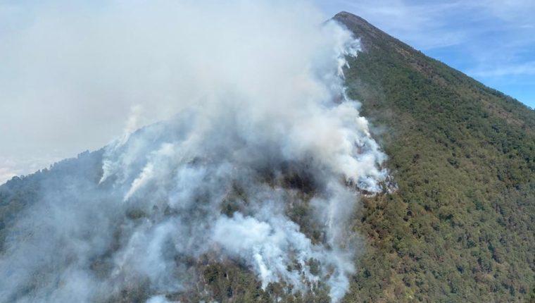 Imagen aérea del más reciente incendio en el volcán Atitlán que consumió una buena cantidad de bosque en ese coloso. Estos siniestros se han incrementado  consecuencia del cambio climático. (Foto: Conred)