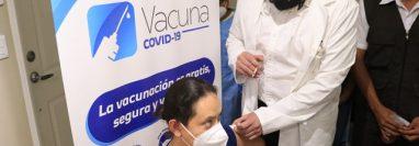 Reyna Sagastume fue la primera trabajadora sanitaria en ser vacunada en Santa Lucía Cotzumalguapa, Escuintla. (Foto: Carlos Paredes)