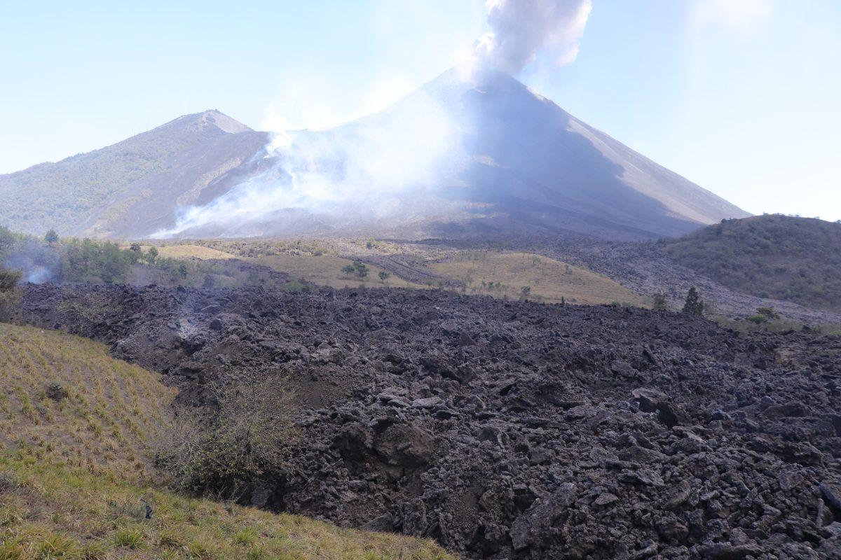 Flujo de lava del Pacaya arrasa con todo mientras avanza hacia comunidades cercanas (videos)