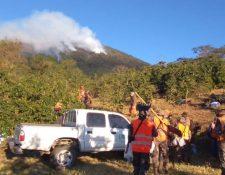 Brigadas se preparan para continuar con el combate el fuego en el volcán Atitlán. (Foto Prensa Libre: Conred)