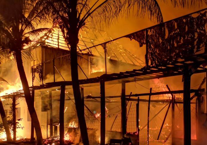 Incendio consume al menos cinco negocios en la playa de Monterrico
