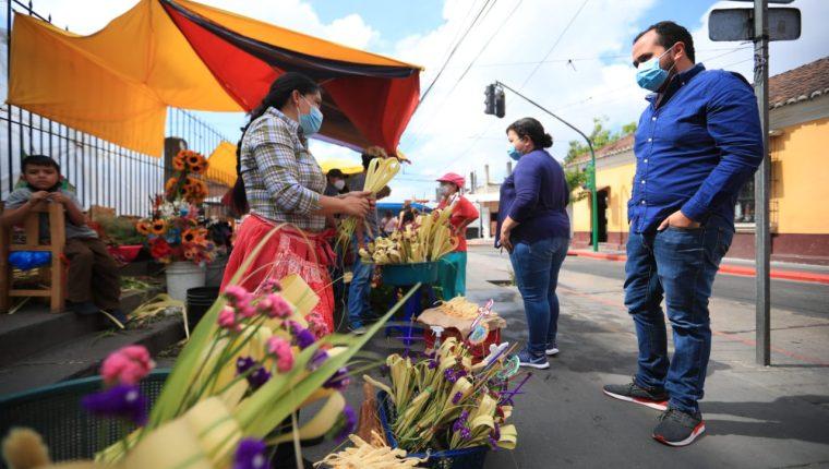 Previo al Domingo de Ramos guatemaltecos salieron a comprar ramos y corozo en diferentes iglesias. (Foto Prensa Libre: Carlos Hernández Ovalle)