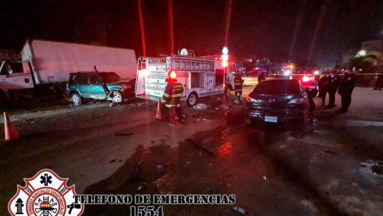 Un vehículo particular, un camión y un transporte de valores chocaron la madrugada de este jueves en el km 50 de la ruta Interamericana. (Foto Prensa Libre: CBMD)