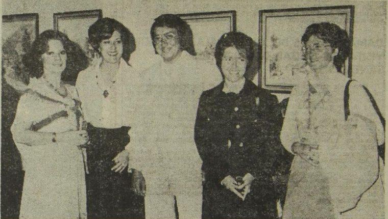 """Las artistas Ingrid Klussmann, Isabel Timeus y Jorge Mazariegos -de izquiera a derecha- inauguraron la exposición """"Paisajes y flores de Guatemala"""" en la galería El Túnel en agosto 1978. (Foto Prensa Libre: Hemeroteca PL)."""