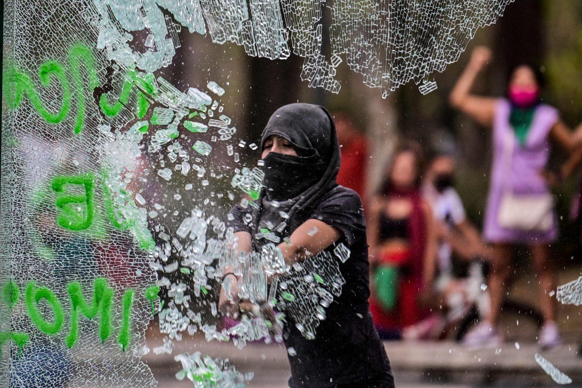 Marcha de mujeres deja al menos 62 policías y 19 manifestantes heridas en Ciudad de México