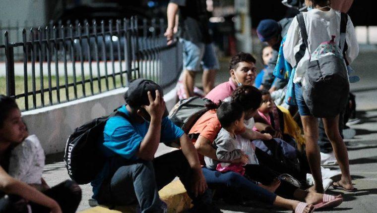 Hondureños se reúnen para salir en caravana hacia Guatemala. (Foto Prensa Libre: EFE)