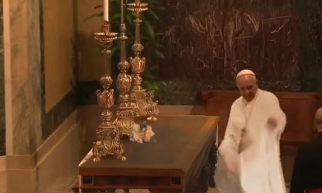 Video del papa Francisco haciendo un truco con un mantel en una ceremonia es un montaje