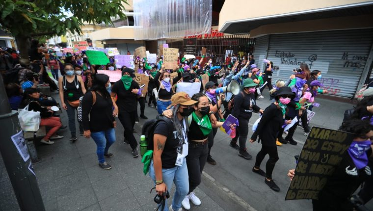 Durante la marcha, los participantes reivindicaron los derechos de la mujer y exigieron justicia por casos de violencia. (Foto Prensa Libre: Carlos Hernández)