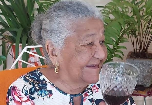 Mujer de 101 años envía su currículum a una empresa y ahora es viral en Facebook
