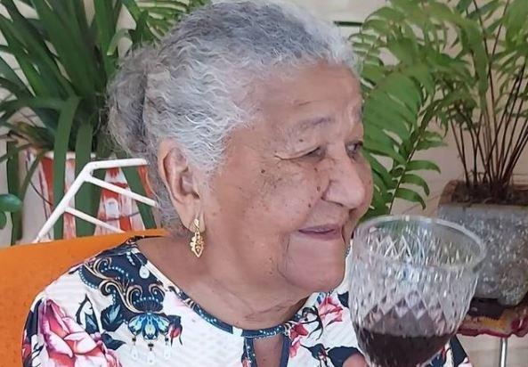 María Cardoso, de 101 años, decidió enviar su currículum a una empresa local para pedir trabajo pues no quiere depender de nadie para comprar lo que más le gusta, los vinos. (Foto Prensa Libre: Instagram)