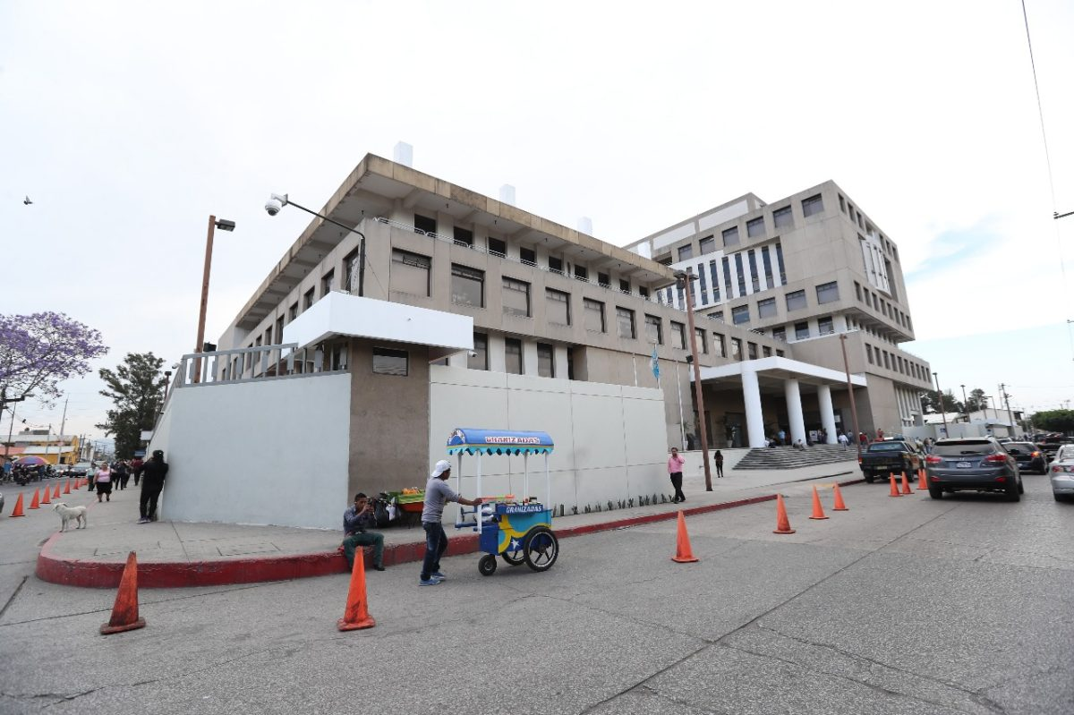 Exdirector del Área de Salud de Santa Rosa benefició a empresa de la madre de sus hijos e hizo compras sobrevaloradas, según MP