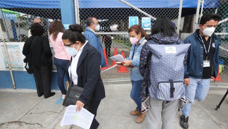 La Defensoría de Personas con Discapacidad denuncia que en los centros de vacunación han dejado por horas bajo el sol a personas con sillas de ruedas y adultos mayores. (Foto Prensa Libre: Erick Avila)