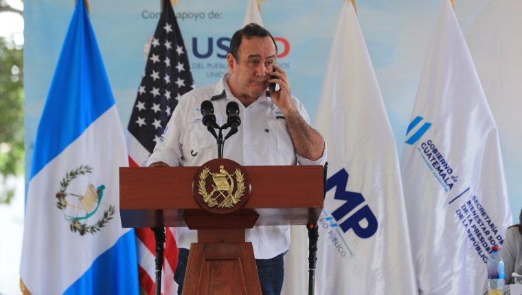Momento en que el presidente Alejandro Giammattei anuncia el primer caso de covid-19 en Guatemala. La mañana del viernes 13 de marzo de 2020. Foto: Juan Diego González