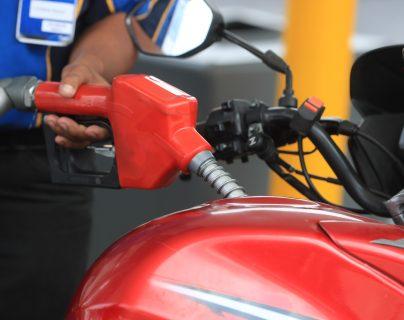 Precios del galón de gasolinas super y regular se encarecieron más de Q5 desde enero