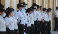 Los agentes de la PNC dan seguridad perimetral en el Congreso. Foto Prensa Libre: Juan Diego González.