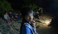 Más de 70 inmigrantes indocumentados -sobre todo de Guatemala y Honduras pero también dos de Rumania- cruzaron el Río Grande frente a Roma, Texas. (Foto Prensa Libre: AFP)