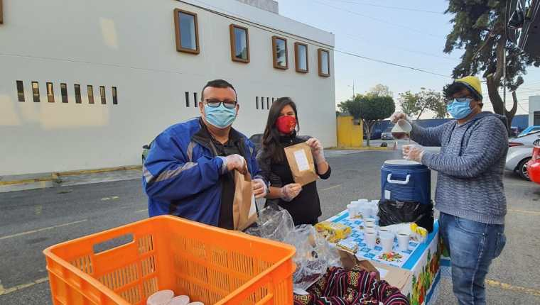 Los voluntarios entregan alimentos en la Unidad Nacional de Oncología Pediátrica. (Foto Prensa Libre: cortesía Operación Panito).