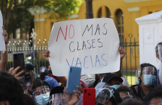 Coronavirus: grupo de personas se manifiesta frente al Mineduc para exigir retorno a clases presenciales