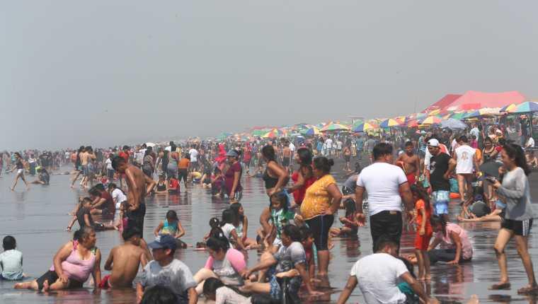 La aglomeración en las playas puede ser un foco de contagio del covid-19, según epidemiólogos. (Foto Prensa Libre: Fernando Cabrera)