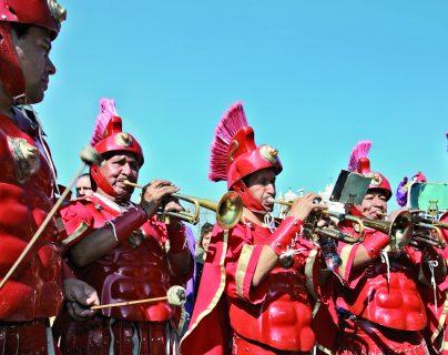 """Fanfarrias romanas: cómo surgieron estos """"escuadrones"""" y desde cuándo han acompañado a las procesiones en Guatemala"""