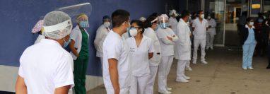 Personal de salud en Quiché realiza filas para recibir la vacuna. (Foto Prensa Libre: Hemeroteca PL)