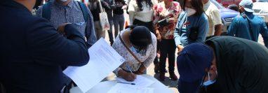 Organizaciones reúnen firmas como parte del rechazo a la construcción de Parque Bicentenario en Quetzaltenango. (Foto Prensa Libre: María José Longo)