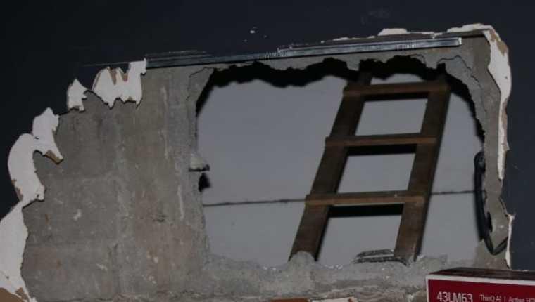Uno de los boquetes que hicieron delincuentes para robar en almacén de la zona 9 de la capital. (Foto Prensa Libre: PNC)