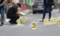 Unos 28 casquillos localizaron las autoridades en el ataque armado de la zona 6 de la capital. (Foto Prensa Libre: Érick Ávila)